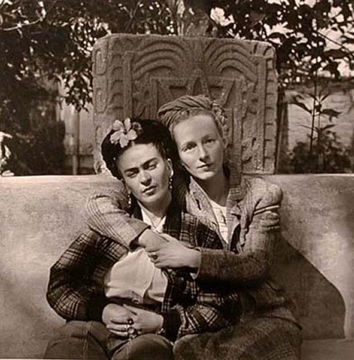 1941_-_frida_and_emmy_lou_in_the_garden_of_the_casa_azul